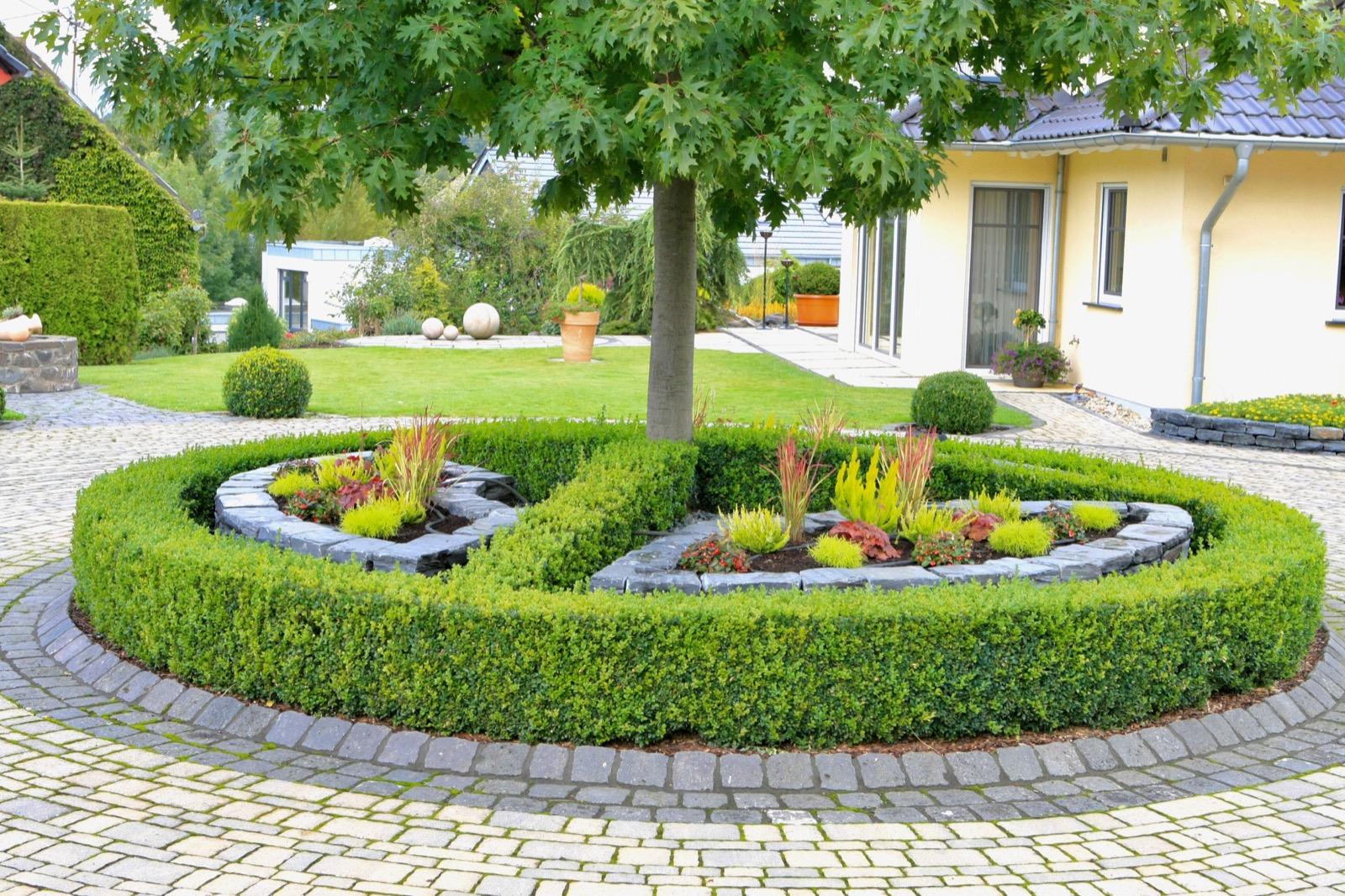 auenanlagen gestalten beispiele einfahrt gestalten hauseingang gestalten vorgarten modern. Black Bedroom Furniture Sets. Home Design Ideas